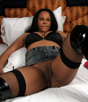 Kinky amateur black wife posing in..